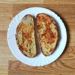 Pan con huevo y especies desayuno rico