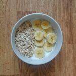 Desayuno rapido y saludable yogur con avena y banana