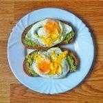 Desayuno fácil y rápido pan con aguacate y huevos