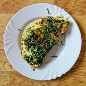 Tortilla de huevos con verduras y cebolla