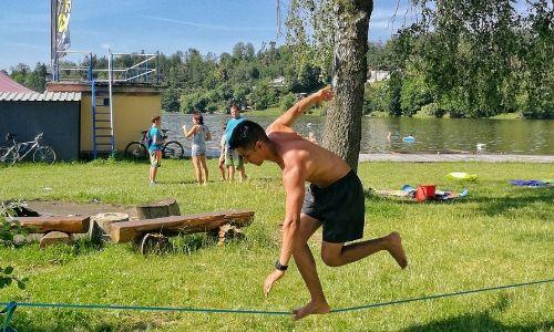 Marcos entrenando su equilibrio en Slackline, conocido en español como Cuerda